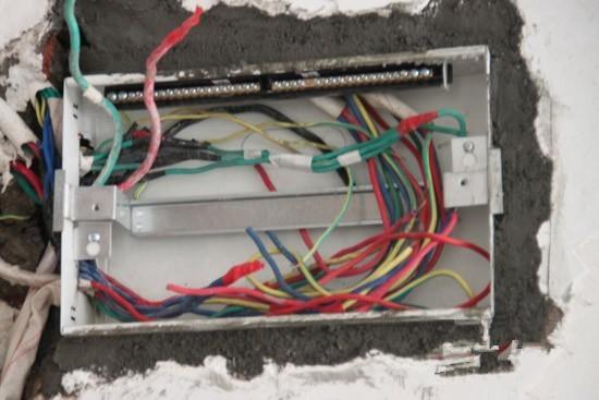 规范的电路改造时,火线、零线、地线三种电线应该按颜色进行区分。一般红、黄为火线色标,蓝、绿为零线色标,黄绿彩线为地线色标。 而不良施工队,可能使用分色不统一的线来连接,这些线很可能是拿别的工地的剩线拼凑造成的,这不仅会造成检修不易,而且很容易出现接错的情况。